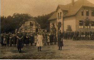 Klassenfoto vor der Schule 1920